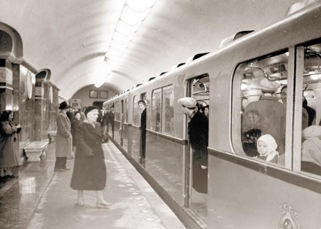 На перроне станции метро Университет, 1960 год