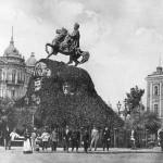 Черно-белое фото памятника Богдана Хмельницкого конца 19 века