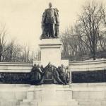 Памятник императорской семье на бывшей Царской (Александровской) площади