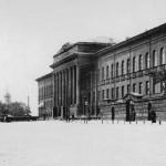Красный корпус университета с улицы Владимирской