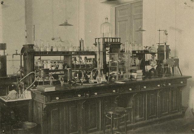 Внутри Киевского политеха в начале 20 века, в лаборатории
