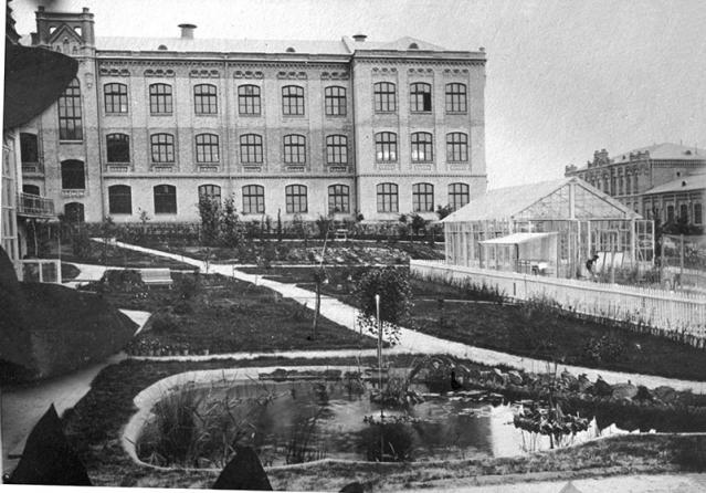 Во дворе политехнического института в Киеве, начало 20 века