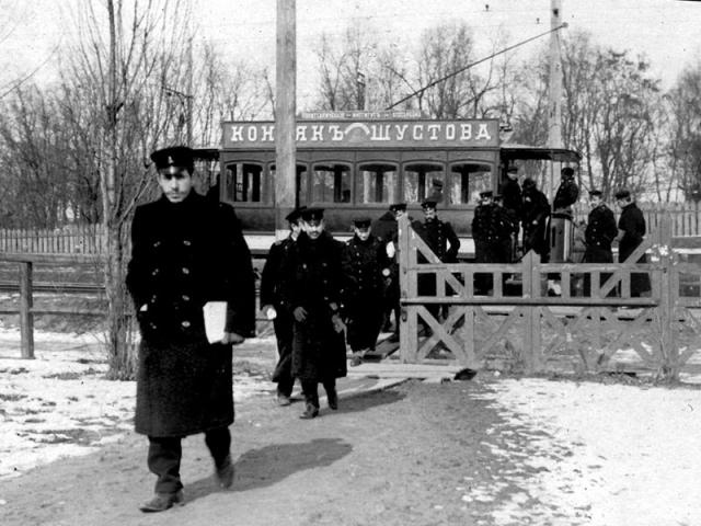 Ларек со спиртным у политехнического института в начале 20 века