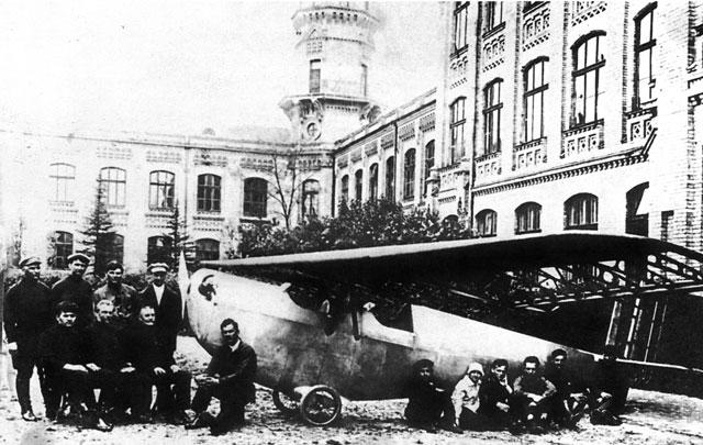 Студенты политеха, преподы политеха в Киеве, начало 20 века, самолет во дворе института