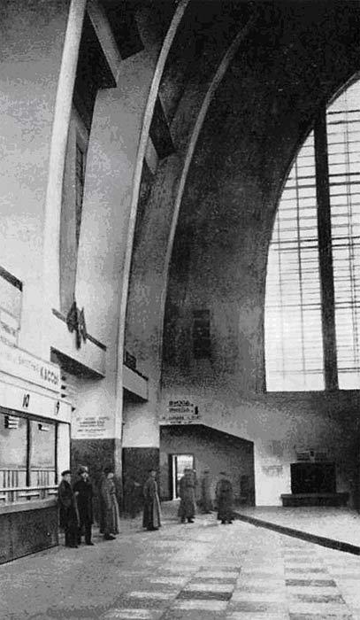 Внутри киевского ЖД вокзала в 1932 году