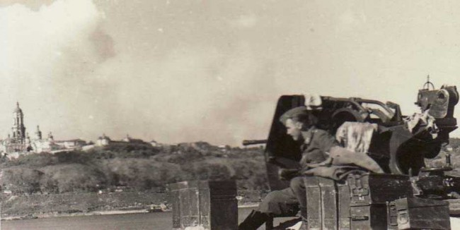 Военные кадры, зенитка на Днепре, с противоположной стороны находится колокольня Лавры