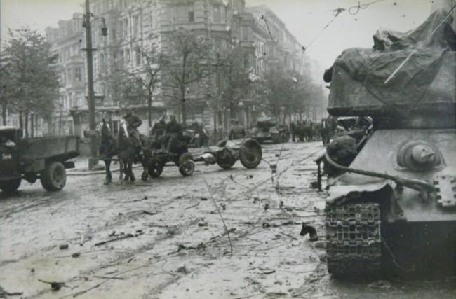 На углу Красноармейской и Рогнединской улиц в ноябре 1943 года