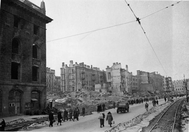 Разрушенный Крещатик в Киеве во время войны