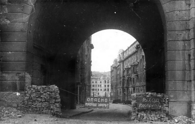 Вид на разрушенный Крещатик через Пассаж, 1944 год