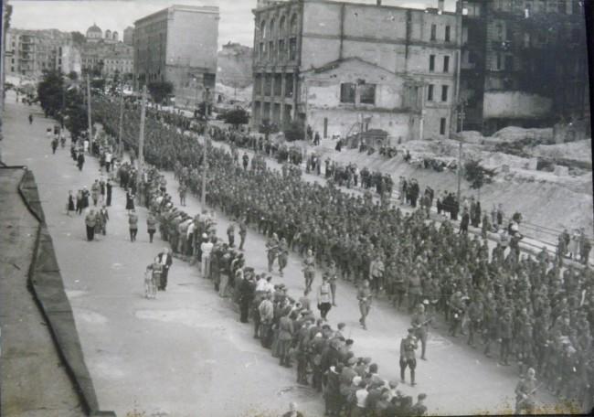 Немецкие военнопленные в Киеве, Крещатик, 1944 год. В августе 44-го.