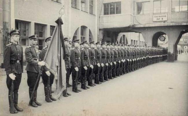 На киевском вокзале встречают солдат, возвращающихся с фронта в 1945 году после Победы