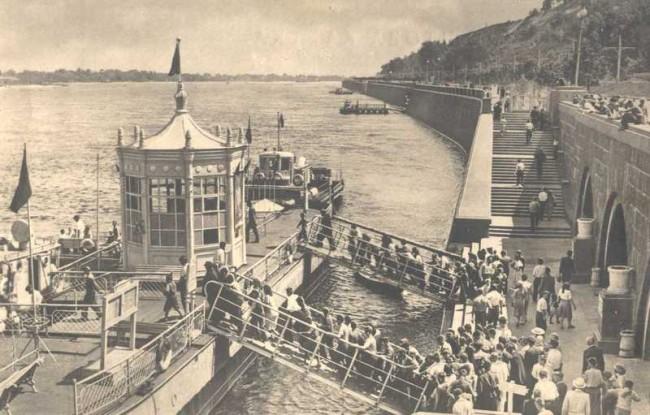 1950-е годы. Набережная Днепра. Причал, с которого отходят лодки на Левый берег (Пешеходного моста еще нет).