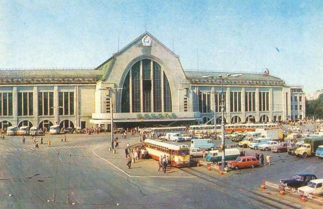 Привокзальная площадь и вокзал в 1975 году