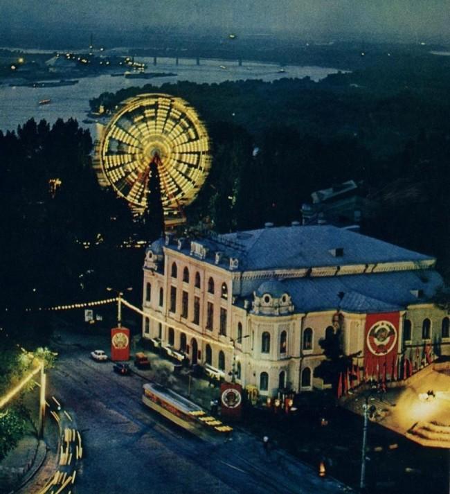 1980-е годы. Европейская (Ленинского Комсомола) площадь с высоты полета. Филармония и колесо Луна-парка.