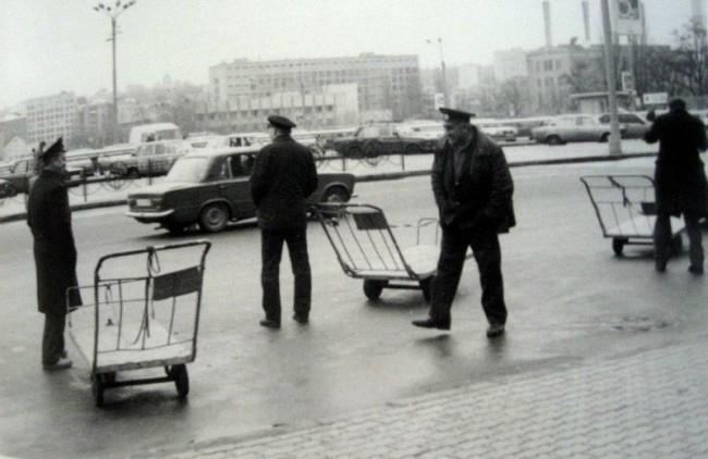 1980-е годы. Тележки для багажа на привокзальной площади у выхода из здания вокзала