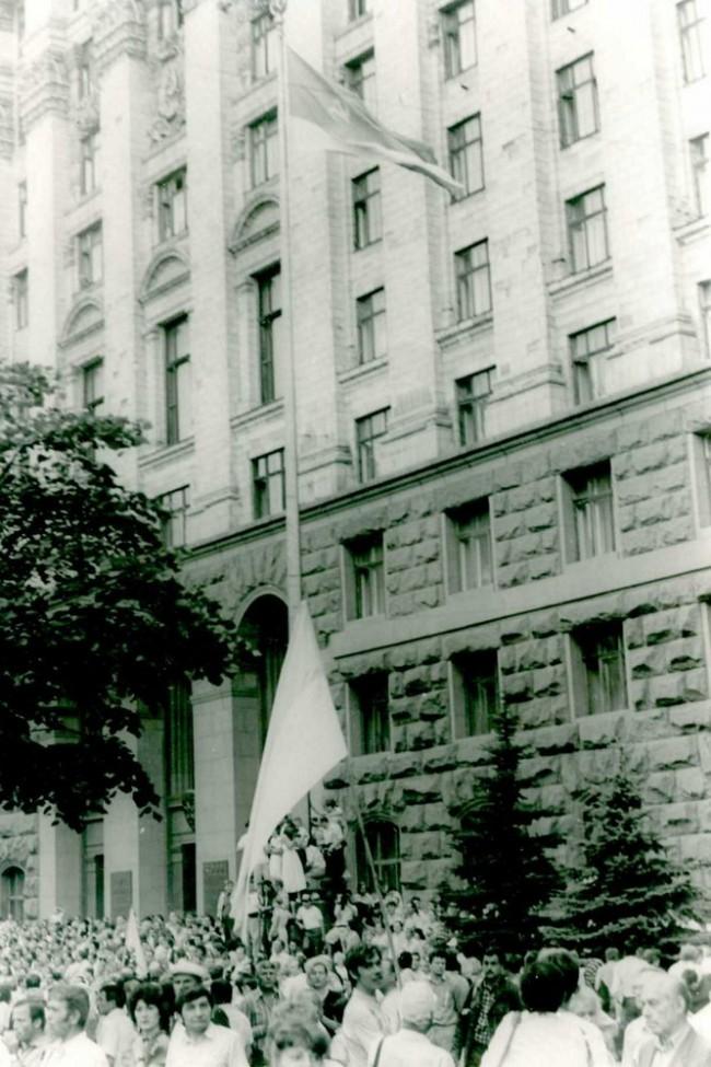 снимают флаг УССР, сине-красный, поднимают флаг независимой Украины, желто-синий, 1991 год, Крещатик