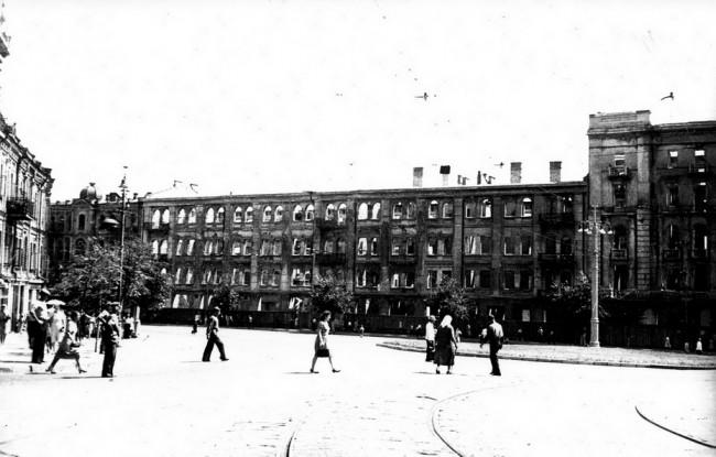 Разрушенная бомбежками площадь Льва Толстого в 40-х годах