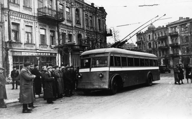 Возобновленное в 1944 году движение троллейбусов на площади Льва Толстого