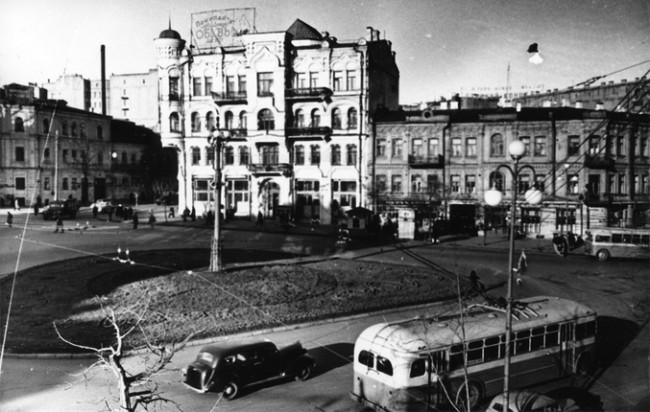 1951 год Площадь Льва Толстого, на месте трехэтажного здания слева сейчас вход в метро Льва Толстого и МакДональдс. Справа видно улицу Пушкинскую