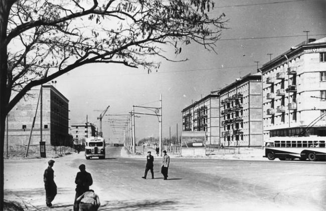 В доме, который огибает троллейбус, сейчас находится магазин Сильпо. 1960 год, бульвар Ленина, ныне Чоколовский