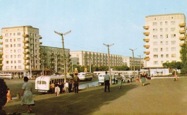 Остановка общественного транспорта на площади Победы в 1960 году