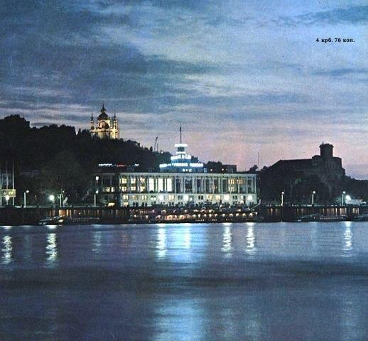 Ночной речной вокзал в Киеве