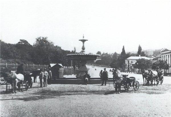 Фонтан на Царской площади в 1870 году