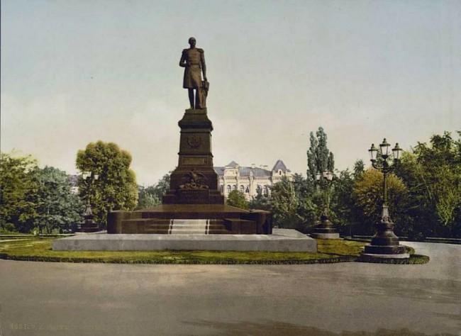 Памятник императору Николаю Первому перед университетом конец 19 века