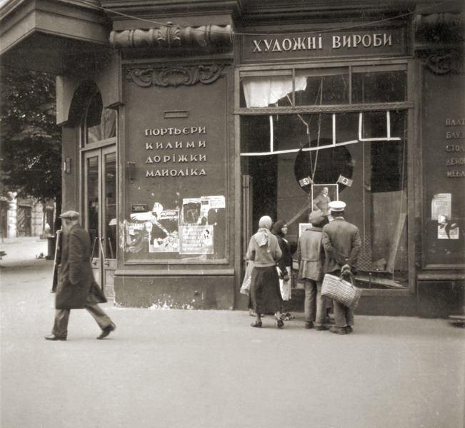 1941 год. Угол Городецкого (Карла Маркса) и Крещатика. Сентябрь месяц. Киевляне смотрят на портрет Гитлера.