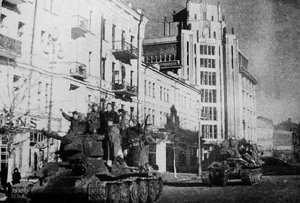 Советские войска в освобожденном Киеве