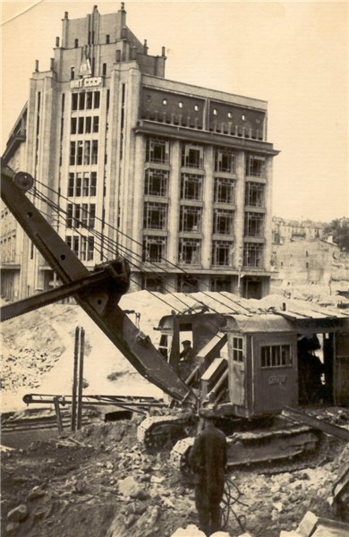 1944 год. В Киеве разгребают завалы на Крещатике возле ЦУМа