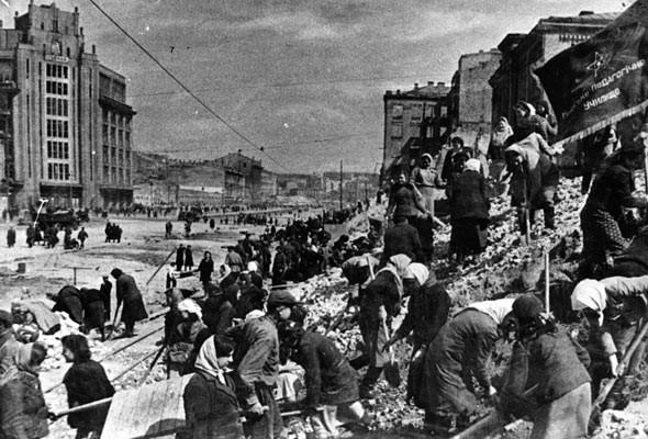 Разрушенный Крещатик в 1945 году