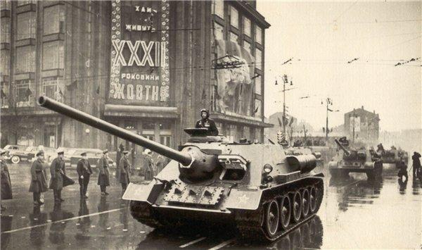 1949 год. 7 ноября, военный парад на Крещатике возле ЦУМа