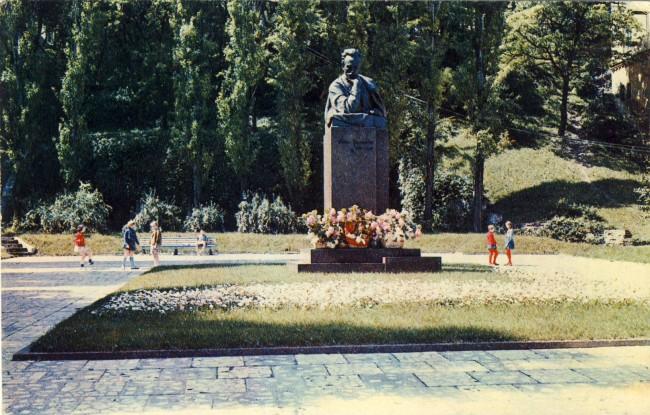 1970 год. Памятник Ивану Франко на площади Франко рядом с улицей Городецкого, перед театром