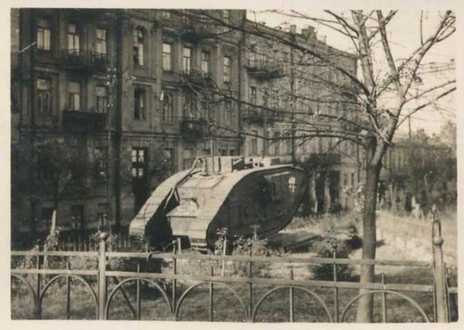Танк Марк Пять в 1940-х годах в Музейном переулке