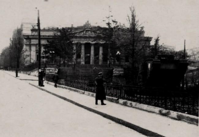 Немцы у танка Марк Пять в 40-х годах, Музей, Музейный переулок