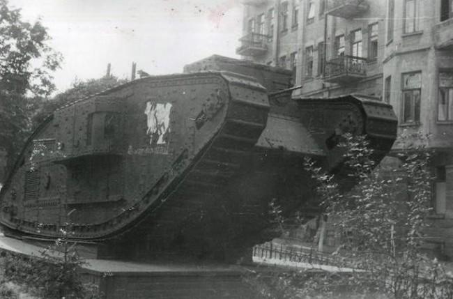 Трофейный танк Марк Пять в Киеве в 40-х годах
