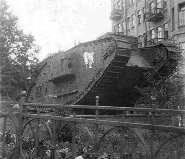 Трофейный немецкий танк в Киеве в 40-х годах перед зданием Музея искусств