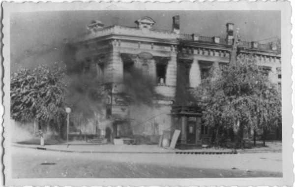 1942 год. Горит дом на углу Крещатика и Лютеранской улиц  (фото из коллекции фотографа немца, предположительно оккупанта Киева)