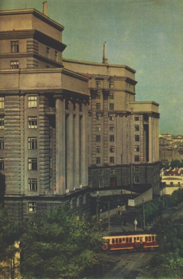 Трамвай поворачивает на Александровскую улицу с Садовой в 1957 году