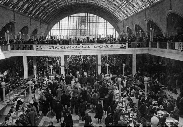 Внутри Сенного рынка в Киеве в 60-х годах