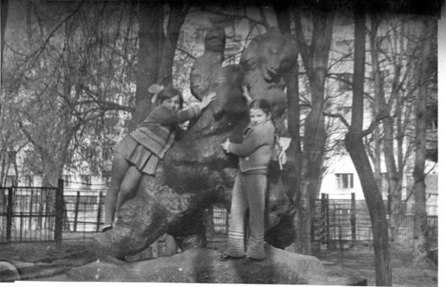 1977 год. Киевский зоопарк, Лина Янусевич с сестрой.