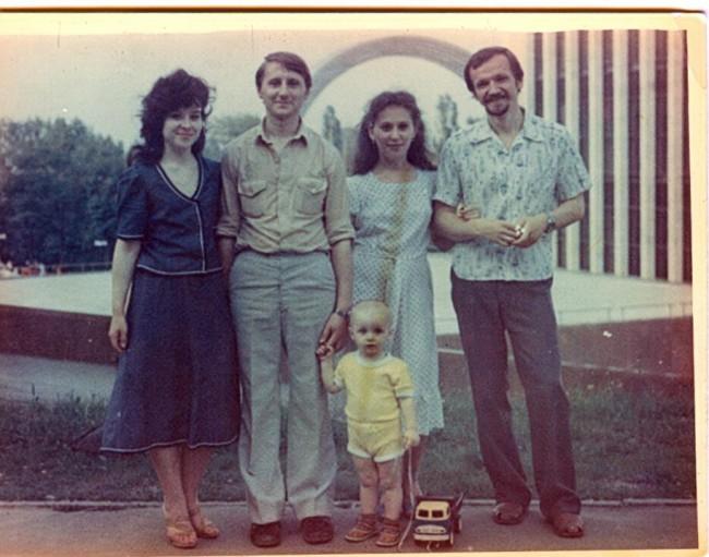 Фото Ольги Радковской - родители за музеем Ленина в 1982 году