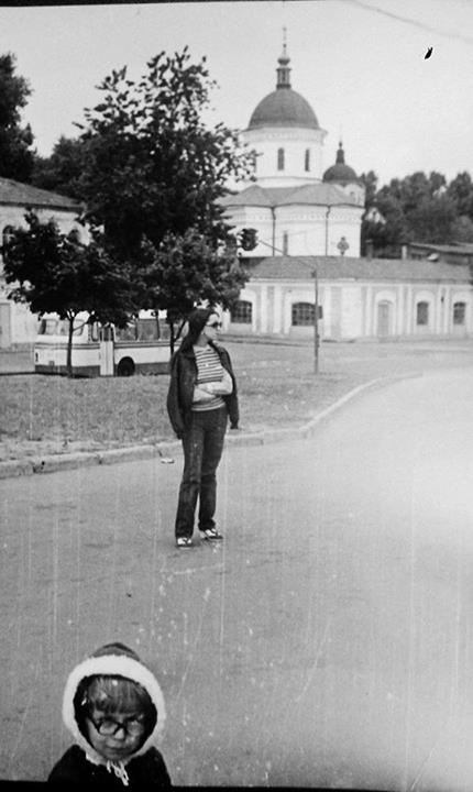 1984 год. Вид на Ильинскую церковь, перекрёсток Набережно-Крещатицкой и Ильинской улиц. Петр Сазонов и его мама.