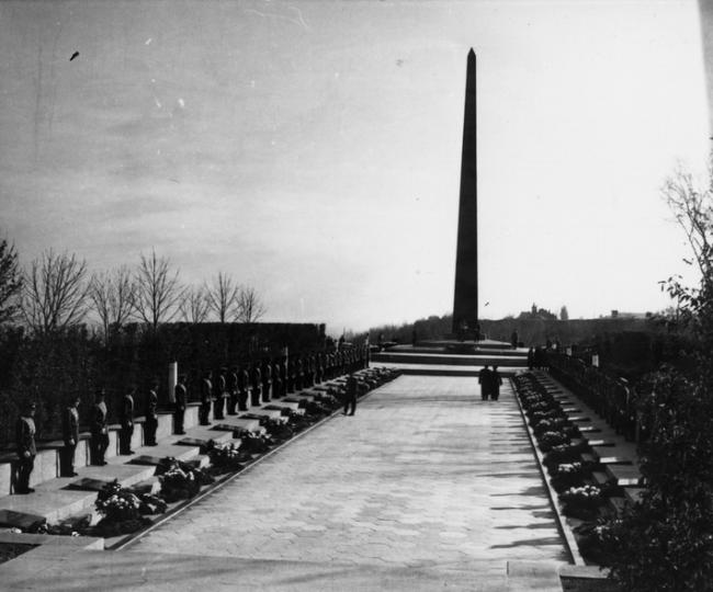 Могила неизвестного солдата в Киеве в парке Славы