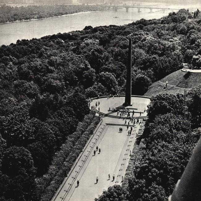 Вид на киевский парк Славы с высоты полета