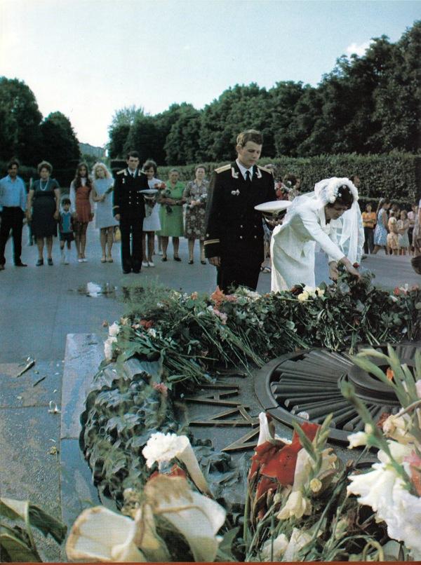 1980-е годы. В парке Вечной Славы. Невеста кладет цветы к вечному огню.