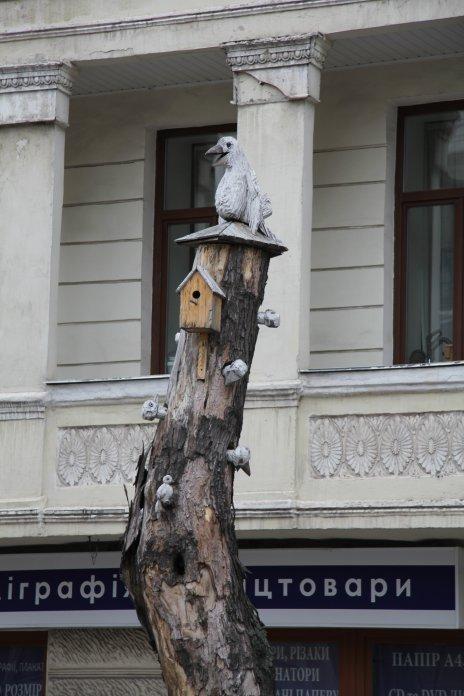 Скульптура из дерева Белая Ворона на улице Гончара, автор Константин Скритуцкий