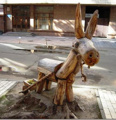 Скульптура из дерева в переулке Рыльского, Ослик с тележкой, скульптор Константин Скритуцкий