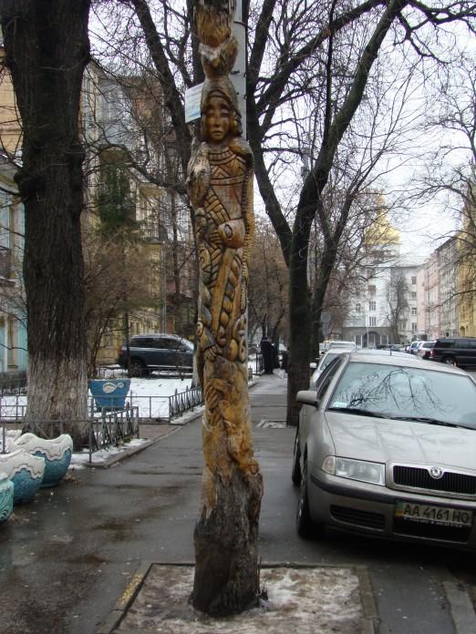 Скульптура деревянная Скифская женщина в центре Киева, автор Константин Скритуцкий